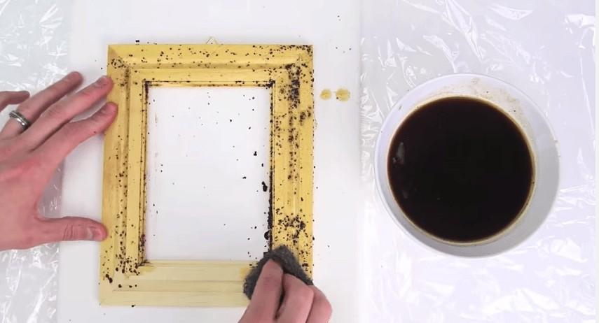 コーヒーの粉、お酢、スチールたわしを使った木製用塗料